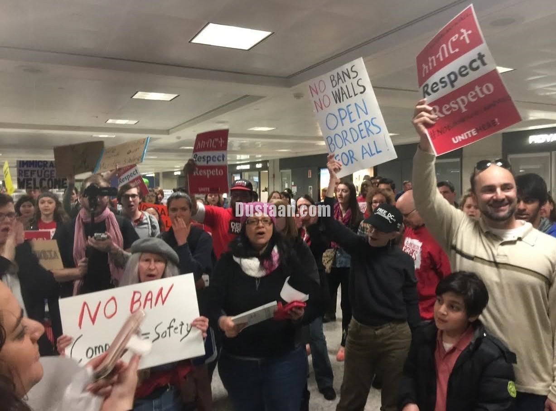 www.dustaan.com تصاویر: تظاهرات بر علیه ترامپ در فرودگاه دالاس