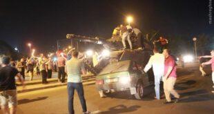 خودروهایی که زیر تانک کودتاچیان با آسفالت یکی شدند! +تصاویر