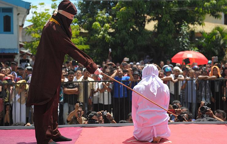 www.dustaan.com تصاویر: شلاق زدن دختر و پسر جوان در ملاءعام به خاطر رابطه نامشروع