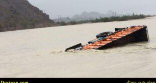 تصویری از کامیون غرق شده در سیلاب