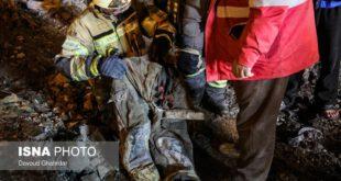 لباس آتشنشانی که شب گذشته از زیر آوار و آتش بدست آمد