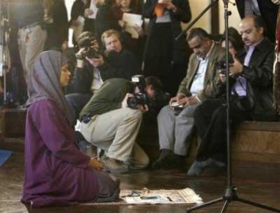 www.dustaan.com نماز جماعت به امامت یک زن! +عکس