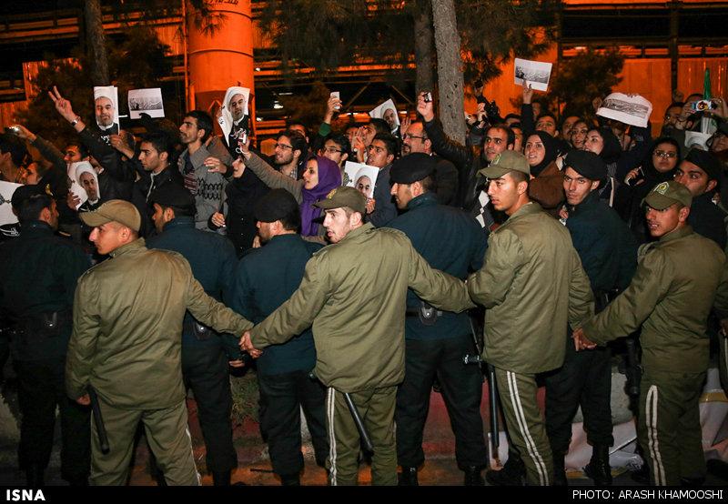 www.dustaan.com گزارش تصویری از شور و شعف مردم در مراسم استقبال از تیم مذاکره کننده هستهای/ حلقه مردم دور ظریف