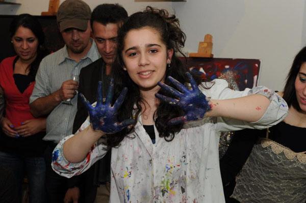 www.dustaan.com تصاویری  از دختر 15 ساله ایرانی الاصل نابغه نقاشی جهان!