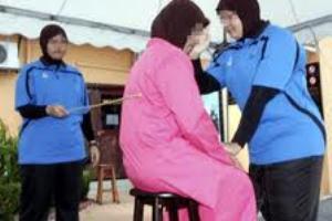 www.dustaan.com دلیل عجیب و غریب برای زندانی کردن و شلاق زدن یک زن!!!