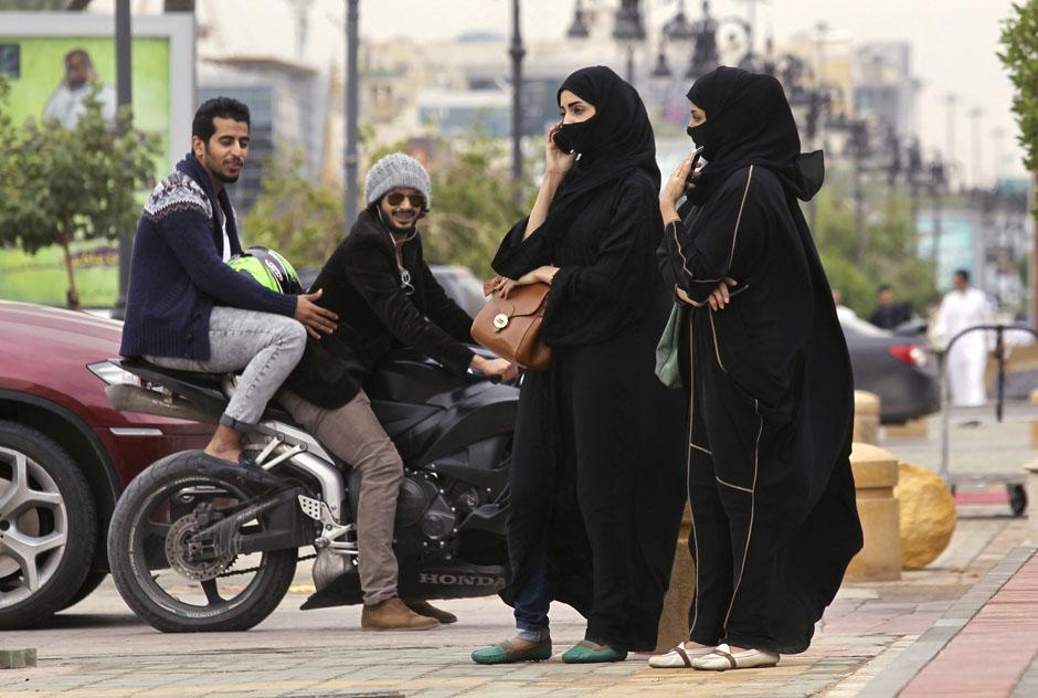 www.dustaan.com عکس/ حجاب دو دختر عربستانی در خیابان