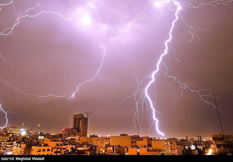 www.dustaan.com  گزارش تصویری / از رعد و برق های زیبا در آسمان تهران