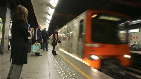 www.dustaan.com حرکت زشت و ناپسند این خانم ها در مترو + تصاویر