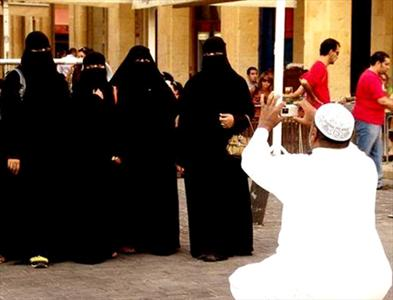 www.dustaan.com اختلافات عجیب توع لباس پوشیدن زنان درباری با رنان عادی در عربستان!!