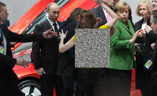 www.dustaan.com حمله یک زن برهنه به پوتین و مرکل !