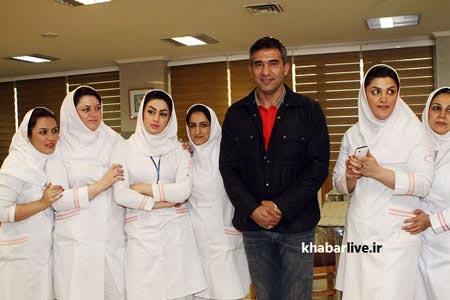 www.dustaan.com عکس یادگاری عابدزاده با دختران پرستار