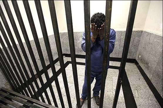 www.dustaan.com پریدن دختر جوان از خودرو به بیرون برای رهایی از دست مرد شیطان صفت