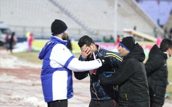 www.dustaan.com عکسی از گریه و زاری مربی لیگ برتری بعد از بازی!