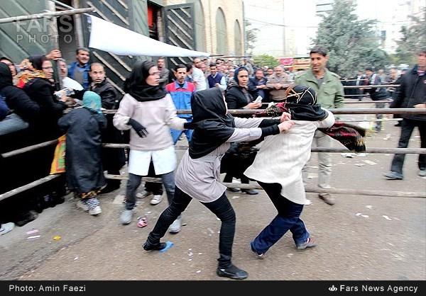 www.dustaan.com عکسی از کتک کاری زنان در صف دریافت سبد کالا