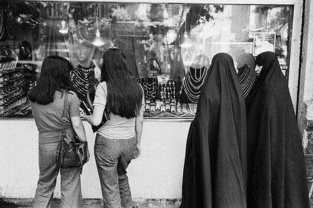 www.dustaan.com عکسی از تیپ زنان محجبه و بی حجاب قبل از انقلاب