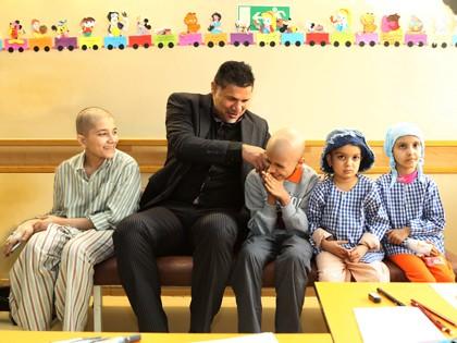 www.dustaan.com تصویری از علی دایی و همسرش در بین کودکان سرطانی