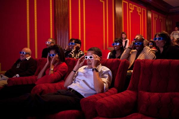 www.dustaan.com تصویری از اقای رئیس جمهور و همسرش در سینما!