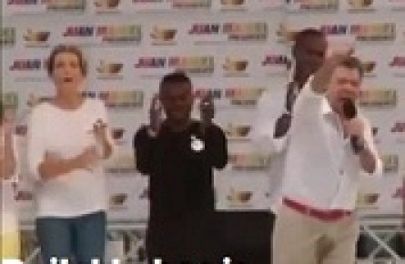 www.dustaan.com رئیس جمهوری که از شدت فشاردرحین سخنرانی شلوار خود را خیس کرد!+ تصاویر