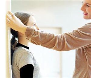 www.dustaan.com آیا کوتاه بودن قد را باید درمان کرد؟