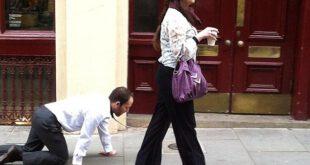 زن لندنی با بستن قلاده به گردن همسرش از او به عنوان سگ استفاده می کند!!!/نصاویر