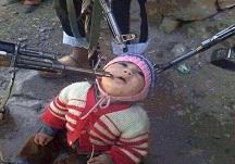 اقدام وحشیانه تروریست ها در اسیر گرفتن کودکی 3 ساله +عکس