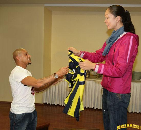 www.dustaan.com دختر 2 متری روسی با ارزش یک میلیون یورو! +تصویر