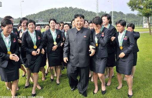 اون در کنار زنان فوتبالیست تیم ملی کره شمالی