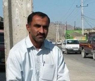 www.dustaan.com سرمربی تیم ملی کنار خیابان بنزین فروشی میکند +تصاویر