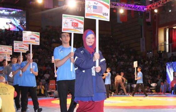 www.dustaan.com عکس/ زن امریکایی در سالن مسابقات کشتی تهران