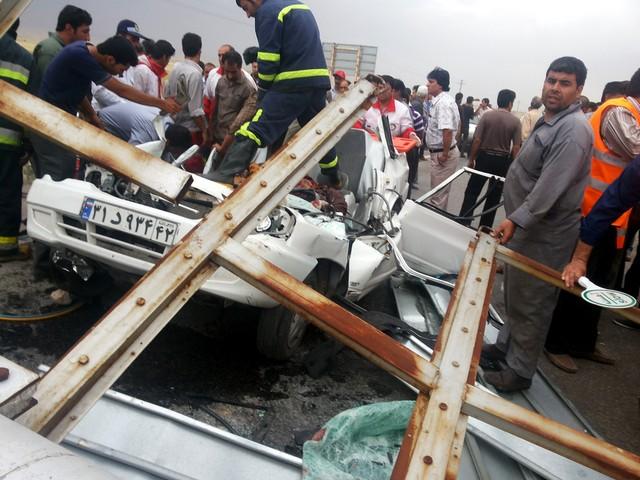 www.dustaan.com  تصاوير دلخراش از سقوط تابلو بروی اتومبیل در جاده مشهد / +18