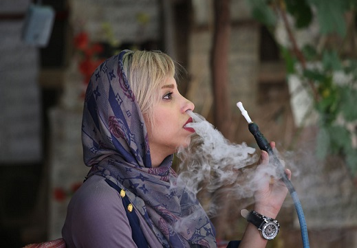 www.dustaan.com قلیان کشیدن دختر جوان شیرازی تیتر یک یاهو شد! +عکس