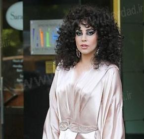 www.dustaan.com خیابان گردی خواننده معروف زن با لباس خواب! +عکس
