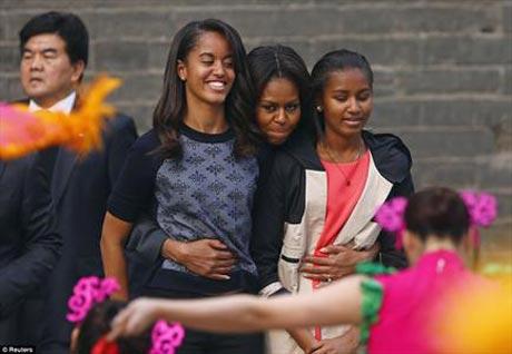 www.dustaan.com شوخی اوباما با دخترانش در برنامه زنده تلوزیونی! +عکس