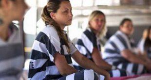زندانیان زنی که به خاطر ازادی تسلیم خواسته های شیطانی می شوند