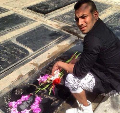www.dustaan.com عکس/ حضور خواننده جنجالی با شلوارک بر سر مزار پدرش!