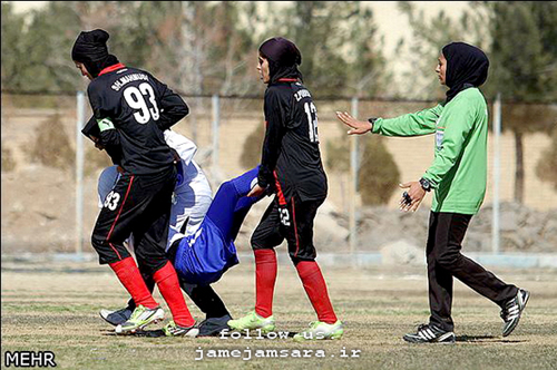 www.dustaan.com عکس/ نحوه حمل مصدوم در فوتبال بانوان!