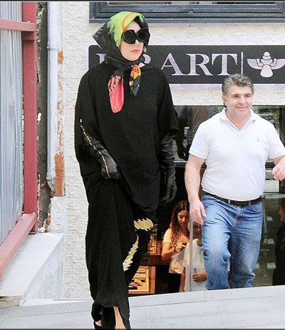 www.dustaan.com تصاویر/ پوشش بسیار متفاوت لیدی گاگا در ترکیه!