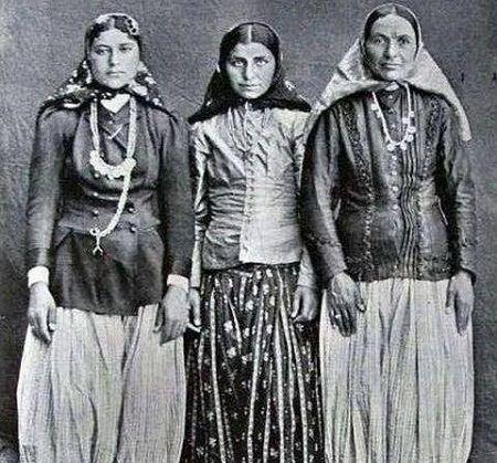 www.dustaan.com تصویری جالب از دختران بالای شهر و پولدار تهرانی در زمان قاجار!