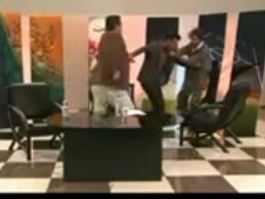 www.dustaan.com فیلم/ کتک کاری مجری برنامه زنده با یکی از مهمانان در حضور حمید استیلی!