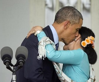 www.dustaan.com اوباما با در اغوش گرفتن و بوسیدن یک زن بار دیگر خشم همسرش را برانگیخت!