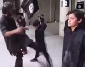 www.dustaan.com فیلم/ رفتار وحشیانه داعش با کودکان زیر ۱۶ سال در پادگان نظامی