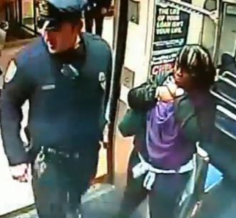 www.dustaan.com - فیلم/ زایمان اجباری یک زن در مترو با کمک پلیس!