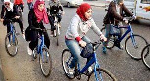 عکس/ دخترانی که برای فرار از ازار جنسی به دوچرخه سواری روی اورده اند!