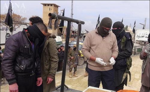 www.dustaan.com تصاویر/ قطع بی رحمانه دست جوان سوری توسط داعش