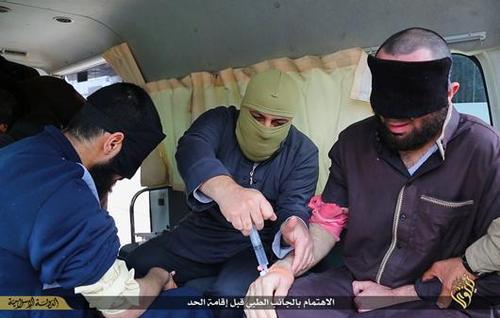 تصاویر/ قطع دستان ۴ جوان سوری توسط داعش