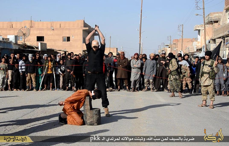 تصاویر/ خوشحالی عناصر داعش هنگام گردن زدن قربانیان!