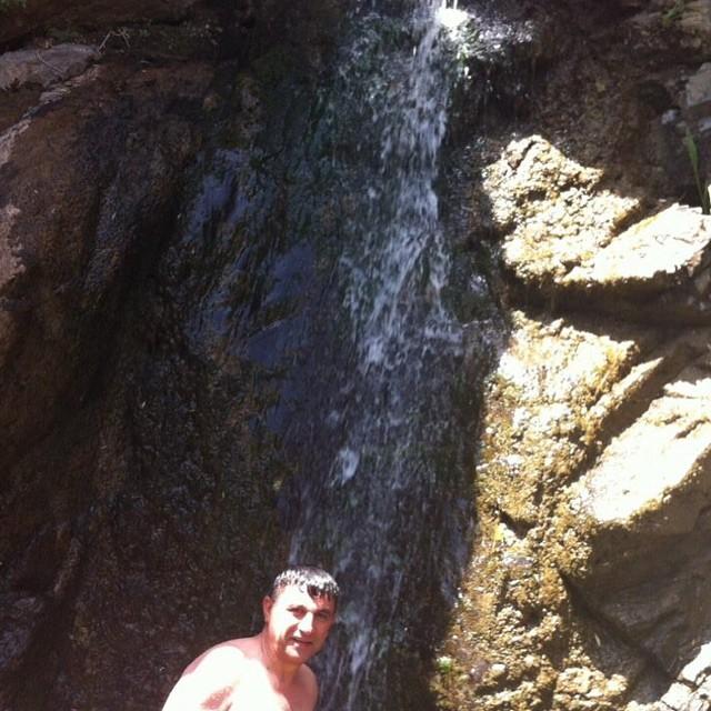 www.dustaan.com عکس / شنا کردن امیر قلعه نویی در کنار آبشار