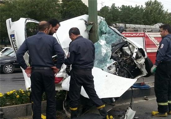 تصاویر/ 2 نیم شدن خودروی 206 در اثر برخورد با تیر چراغ برق