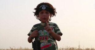 تصاویر/ وقتی داعش پسر بچه بیچاره را مجبور میکند تا مادرش را گردن بزند