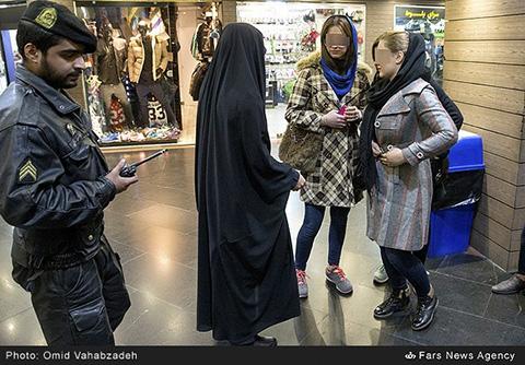 تصاویر/ حضور مجدد گشت ارشاد در خیابانهای تهران و برخورد جدی با بی حجابان